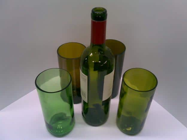 Vasos con botellas recicladas