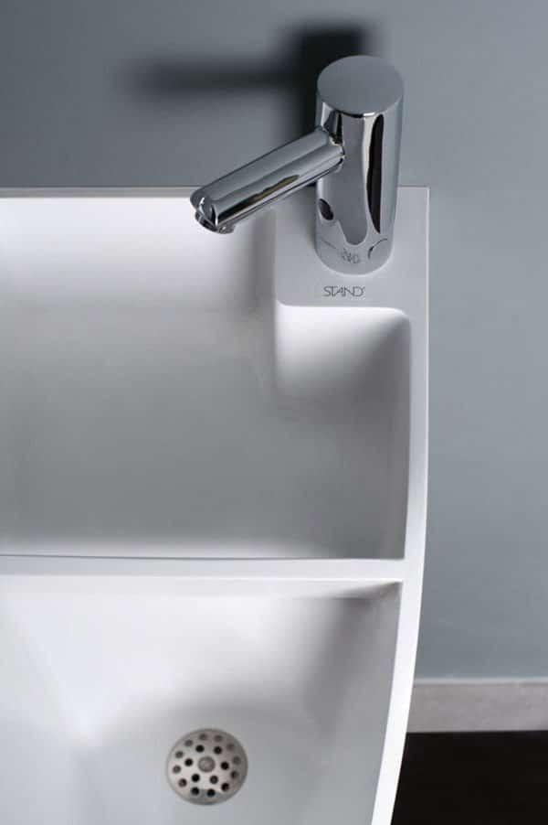 detalle del urinario con lavabo incorporado