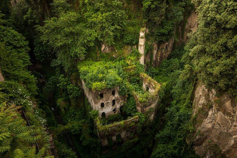 Antiguo molino abandonado en Sorrento, Italia