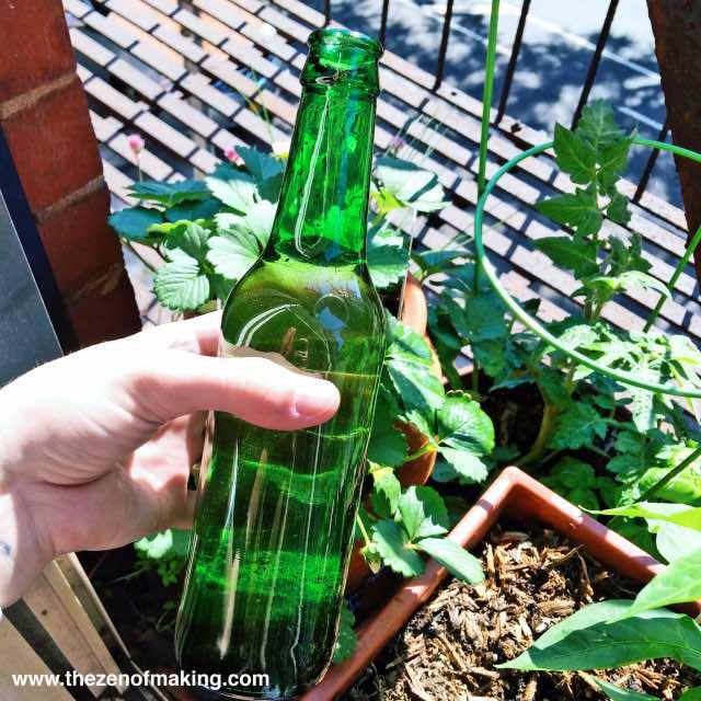 Como usar una botella de vidrio como sistema de regadío autónomo 3
