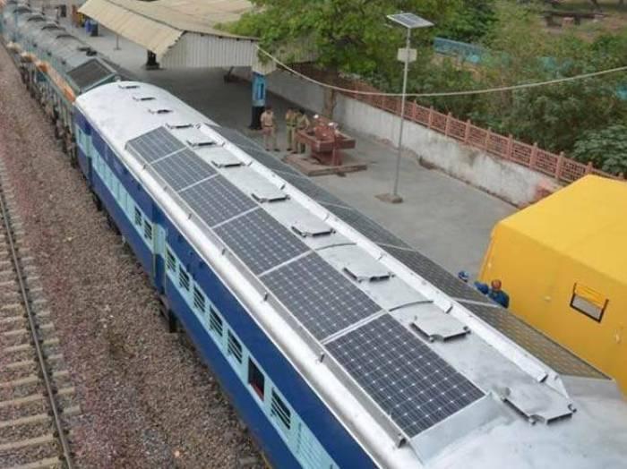 India quiere trenes con techos solares1