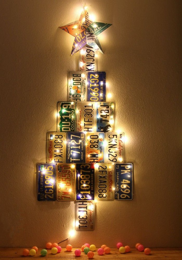 Arbol de navidad con placas de matrícula