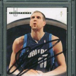 Mavericks Dirk Nowitzki Authentic Signed Card 2007 Fleer Hot Prospects #14 Psa/Dna Slabbed