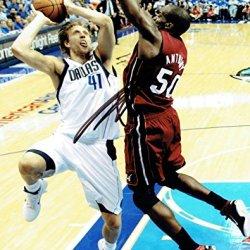 Dirk Nowitzki Signed Dallas Mavericks Autographed 8X10 Photo Psa/Dna #P49264