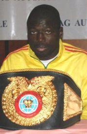 Issa Hamza et sa ceinture de champion du monde