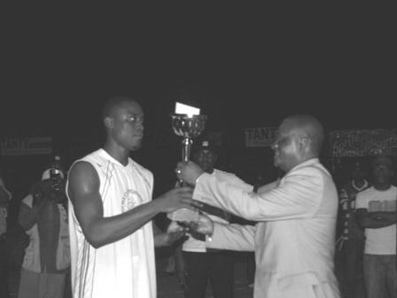 Le capitaine de Beac reçoit le trophée