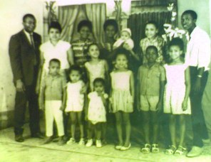 La famille Ngahane au complet en 1964. Le futur préfet a un an