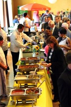 Nach der Zeugnisübergabe stürmten Prüfungsabsolventen und Gäste das reichhaltige Büffet. (Foto: Reiner Züll)