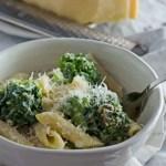 Nudelauflauf mit Brokkoli und Parmesansauce