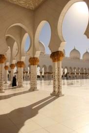 Innenhof der Sheik Zayed Moschee in Abu Dhabi