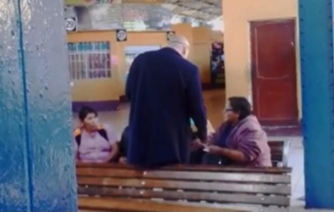 Filman al Defensor del Pueblo entregando dinero a personas con discapacidad que dejaron la vigilia