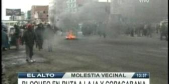 En El Alto bloquearon las carreteras a Copacabana y Laja, vecinos rechazan alza de pasajes