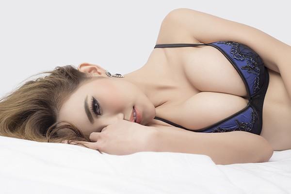 El masaje del punto para el aumento del pecho