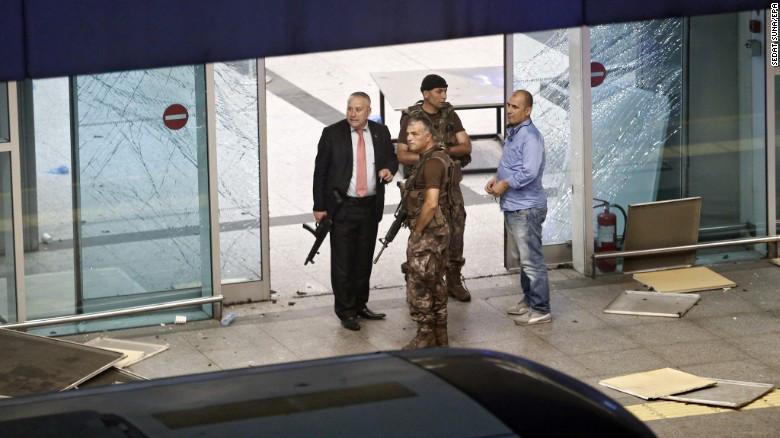 Fuerzas de seguridad en el aeropuerto Ataturk tras las explosiones