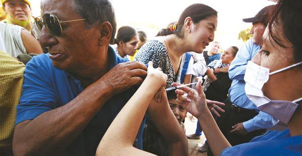 Brigadas vacunaron ayer en la plaza de El Mechero, en el relanzamiento de la campaña