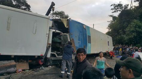 Así quedaron los dos vehículos tras colapsar entre sí. Existe congestionamiento vehicular en la ruta Cochabamba-Santa Cruz. Foto Álex Gironaz