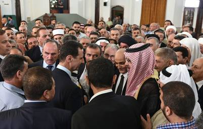 Bashar al Assad participó en el rezo por el fin del Ramadán en la mezquita de Al Safa, en Homs, en el centro de Siria. AFP