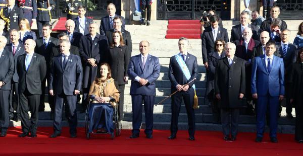 Macri y los miembros de su gabinete en el inicios de los festejos de los 200 años de la independencia de Argentina