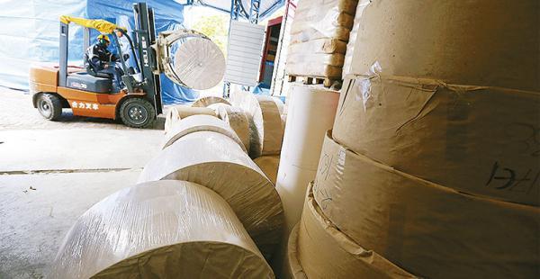 Las bobinas con el producto final son trasladadas a sus clientes