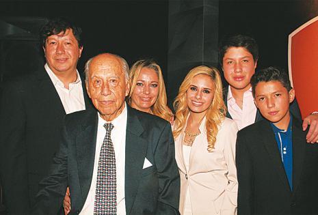 EN FAMILIA. Sergio y Luis  Auzza (presidente de Faboce), Ximena de Auzza, Natalia, Sergio y Mauricio Auzza
