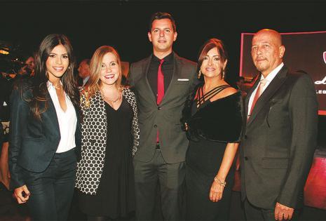 ELEGANTES. Daniela Auzza, Annika de Auzza, Luis Alberto Auzza, Blanca de Auzza y Luis Auzza,  familiares del presidente de Faboce, que lo acompañaron en el evento