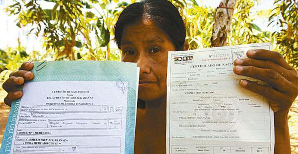 Carmen muestra sus dos certificados de nacimiento