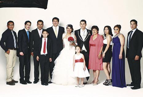 No puede estar en muchos eventos familiares. Debido a su trabajo, la profe Martha no pudo estar en el matrimonio de su sobrina Paola Sejas, que vive en Santa Cruz. En esta gráfica está casi toda su familia.