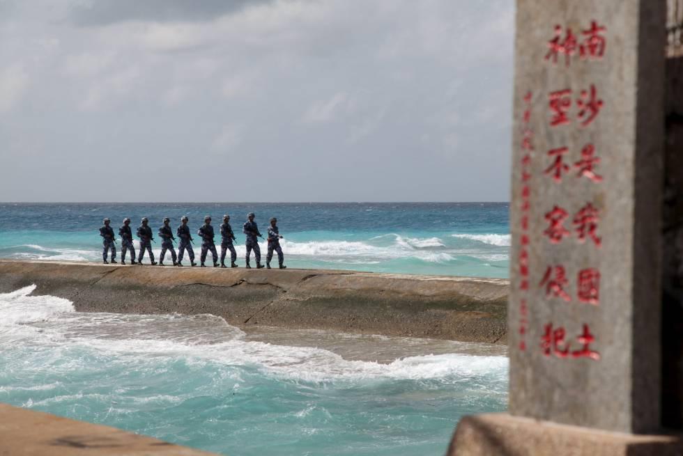 Soldados chinos, este febrero, en las islas Spratly.