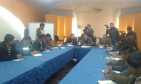 Dirigentes de la COB y autoridades del Gobierno retomaron el diálogo sobre Enatex. Foto: @MinTrabajoBol