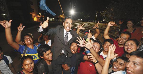 Irreverente, el candidato del megáfono y sin casa de campaña se declaró ganador en estudiantes