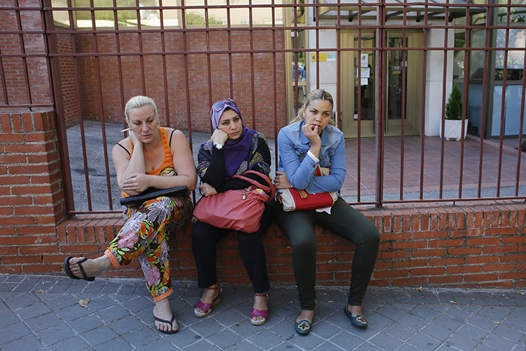 Maria Dolores Ferrer, Hazar Abbara y Carmen Cortés en el momento en que se les niega la entrada al Instituto Español de la Mujer, en Madrid.