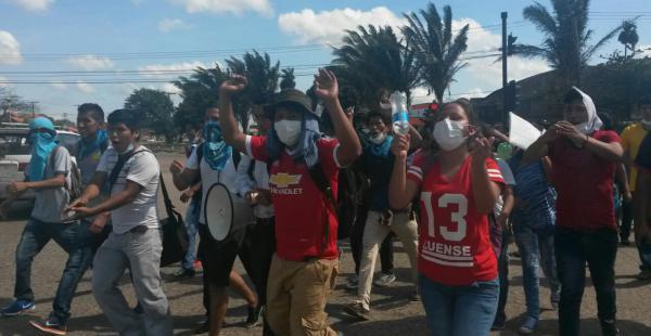 Cadima y sus seguidores llegaron en marcha a la Felcc