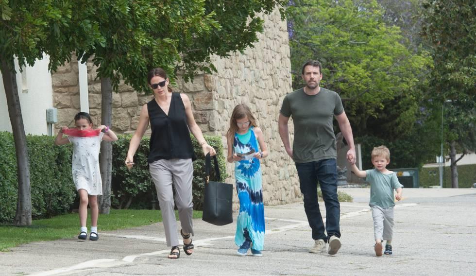Jennifer Garner y Ben Affleck, junto a sus tres hijos, el pasado abril.