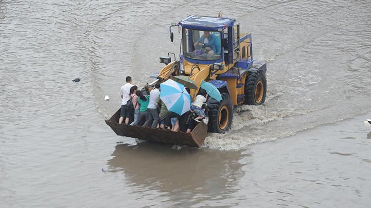 Cuidadanos de Taiyuán, la inundada capital de la provincia de Shanxi.