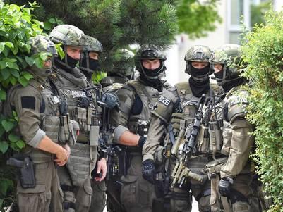 Operativo. Miembros de las fuerzas especiales alemanas, cerca del lugar atacado el viernes en Munich. /AP