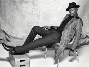 Samuel descansa con jersey y abrigo, los dos, Emporio Armani. Pantalón Etro, zapatos Dsquared2 y sombrero Goorin Bros.