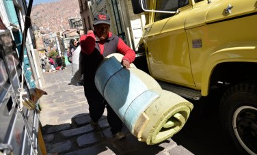 Colchones y otros enseres son trasladados a camiones