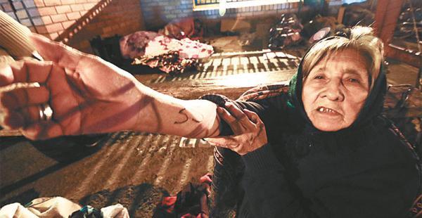 una imagen recurrente en las afueras del japonés los pacientes sufren y lloran por su suerte  Los que padecen una enfermedad, deben dormir en el piso con la esperanza de ser atendidos