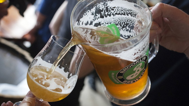 Personas distrutan de una bebida en un festival de la cerveza en Brooklyn, Nueva York. 6 de abril de 2015.