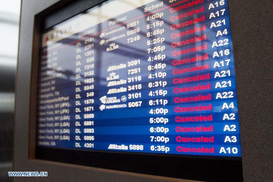 (121029) -- MASSACHUSSETTS, octubre 29, 2012 (Xinhua) -- Panel con información sobre los vuelos en el Aeropuerto Internacional Boston Logan, mientras el huracán Sandy toca tierra en Boston, Massachusetts, Estados Unidos de América, el 29 de octubre de 2012. (Xinhua/Nicolaus Czarnecki/ZUMAPRESS) (py) (sp)