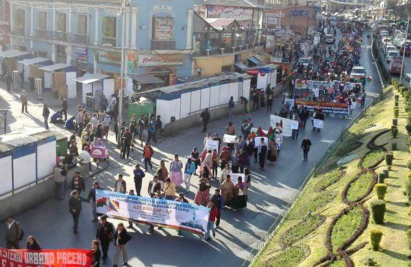 El cabildo que congregó a varias organizaciones representativas de La Paz se realizó en la plaza San Francisco.