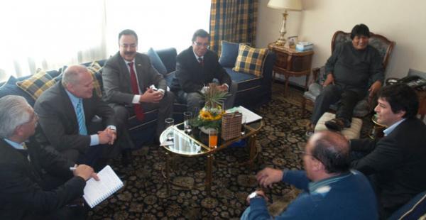 Evo y los empresarios en la residencia presidencial