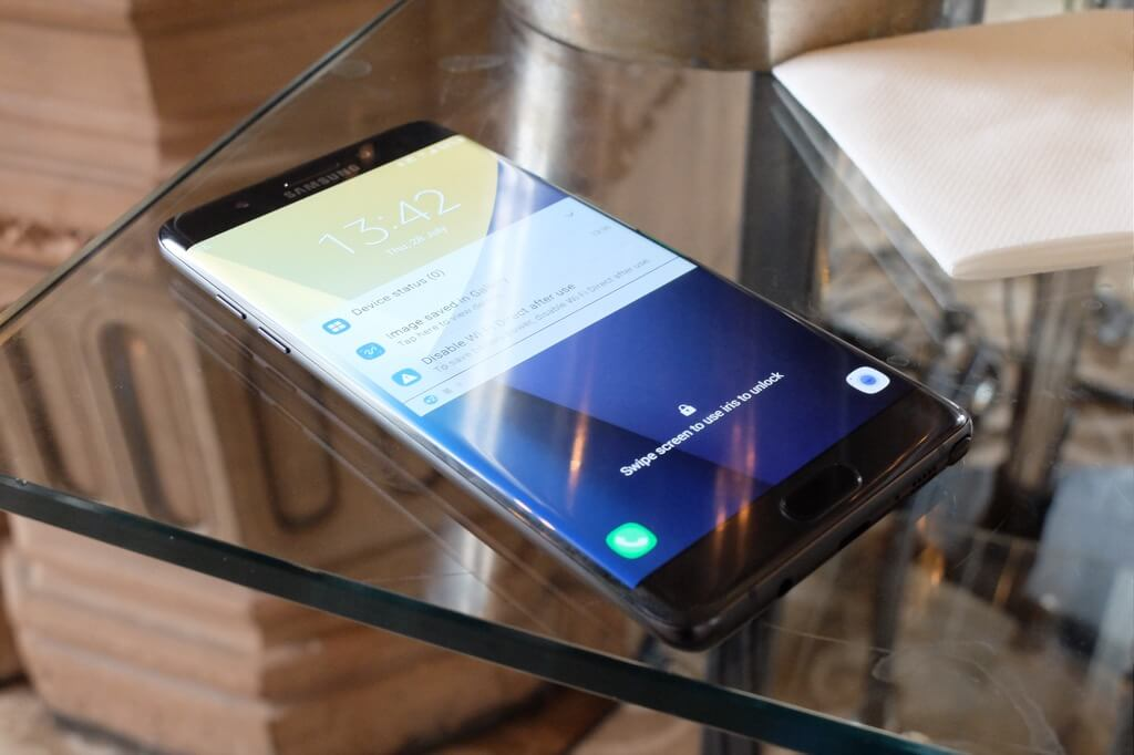 Samsung Galaxy Note 7 negro frontal sobre mesa