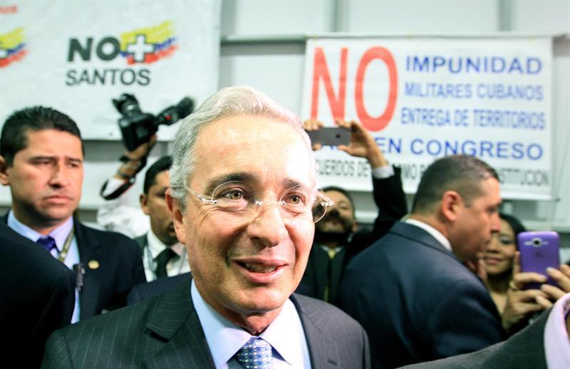 El senador del partido opositor Centro Democrático y expresidente colombiano, Álvaro Uribe Vélez, durante un acto convocado por su partido en Bogotá (Colombia). Foto: EFE
