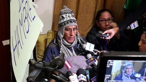 El gobernador Félix Patzi anuncia que decidió continuar con su huelga de hambre pese a las recomendaciones médicas.