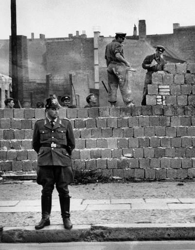 Vigilancia. Un guardia de Berlín oriental, durante la construcción del Muro, en 1961. /AP