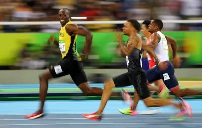 Usain Bolt, con gesto relajado, en los últimos metros de la semifinal. Estas semifinales muestran al Usain Bolt más rápido del año, con un registro de 9.86, dos centésimas por debajo de la marca con la que llegó a Río. (Reuters)