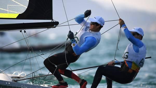 Yago y Klaus Lange, de los pocos que vieron acción yachting. / AFP PHOTO / WILLIAM WEST