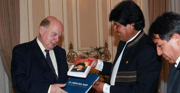 José MIguel Insulza recibe el libro del mar cuando era secretario general de la OEA