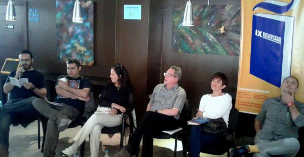 Hasbún lee uno de sus cuentos, mientras escuchan Barrientos, Piñeiro, Baudoin, Orejudo y Aira